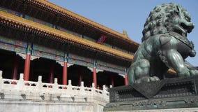 Bronsleeuw voor Verboden Stad, de koninklijke oude architectuur van China stock footage