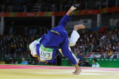 Bronsmedaillewinnaar Judoka Ryunosuke Haga van Japan in wit in actie tegen Jevgenijs Borodavko van Letland tijdens mensen -100 kg Royalty-vrije Stock Fotografie