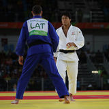 Bronsmedaljör Judoka Ryunosuke Haga av Japan i vit i handling mot Jevgenijs Borodavko av Lettland under match för män -100 kg Fotografering för Bildbyråer