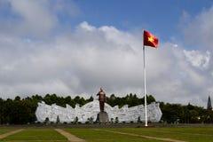 Bronsmonument en Vietnamese vlag Royalty-vrije Stock Afbeelding