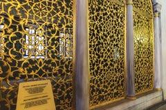 Bronsrastret av det Sultan Mahmud I arkivet i Hagia Sophia som dekoreras med blommor och filialinvecklade saker royaltyfri bild