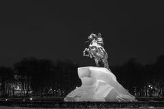 Bronsskickliga ryttaren en monument till Peter 1 i St Petersburg Arkivfoton
