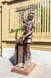Bronsskulptur av Buratino Pinocchio, sagateckennolla Arkivbilder