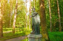 Bronsskulptur av Polyhymnia - musa av psalmer och pantomim Pavlovsk St Petersburg, Ryssland Royaltyfri Fotografi