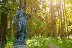 Bronsskulptur av uran - musa av astronomi Pavlovsk St Petersburg, Ryssland Royaltyfria Bilder