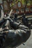 Bronsskulptur av XVII århundradet tjäna som soldat på den Rembrandt fyrkanten i en solig dag på Amsterdam royaltyfri bild