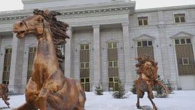 Bronsskulpturer av hästar lager videofilmer