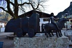 Bronsstandbeeld die in Oberammergau een vervoer tonen stock foto's