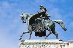 Bronsstandbeeld van de mens op gevleugeld paard tegen blauwe hemel Stock Afbeeldingen