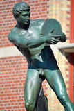 Bronsstandbeeld van een discuspottenbakker stock foto's
