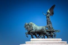 Bronsstandbeeld van Gevleugelde Overwinning op de bovenkant van Koning Vittorio Eman royalty-vrije stock foto