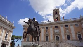 Bronsstandbeeld van Keizer Marcus Aurelius op paard op Capitol Hill in Rome, Italië in langzame motie stock videobeelden