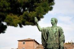 Bronsstandbeeld van keizer in Rome stock fotografie