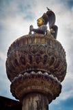 Bronsstandbeeld van koningsyoganarendra malla Stock Afbeeldingen