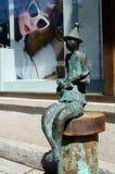 Bronsstandbeeld van musicus het spelen gitaar op Rustaveli-Weg in oud Tbilisi, Georgië Stock Foto