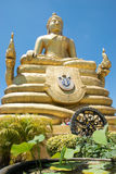 Bronsstaty av Bhudda med blå himmel Royaltyfria Bilder