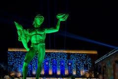 Bronsstaty av Poseidon i Sverige med färgrik ljus show 3 Royaltyfri Bild