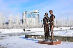 Bronsstaty som presenterar ett ungt par i Astana/Kasakhstan Royaltyfri Bild