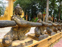 Bronsstatyerna i den Vam Ray tempelVam Ray templet, Tra Vinh landskap, Vietnam Royaltyfria Bilder