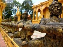 Bronsstatyerna i den Vam Ray tempelVam Ray templet, Tra Vinh landskap, Vietnam Royaltyfri Foto