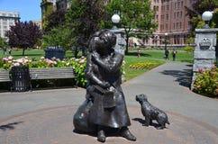 Bronsstatyn hedrar den berömda kanadensiska konstnären Emily Carr Royaltyfri Foto