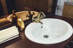 Bronstapkraan in de badkamerstoilettafel royalty-vrije stock foto's