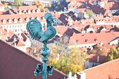 Bronstuppskulptur på den Prague slotten Arkivfoton
