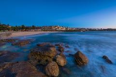 Bronte plaża przy wschodem słońca fotografia stock