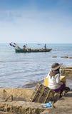 Donna di pesca del granchio nel kep Cambogia fotografia stock libera da diritti