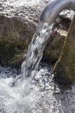 Bronwater het gieten van pijp Stock Foto
