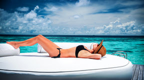 Bronzage sur la plage Photos stock