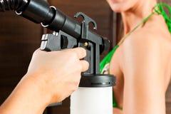 Bronzando nello studio cosmetico Fotografie Stock Libere da Diritti