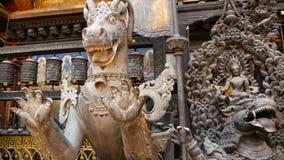 Bronze antigo e esculturas e produtos manufaturados mitológicos de bronze, Rudra Varna Mahavihar, templo budista dourado original video estoque