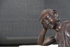bronze buddha sova Arkivfoto