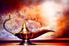 Bronze e lâmpada de petróleo de cobre do estilo de Aladdin com fumo fotografia de stock