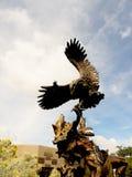 Bronze-Eagle, das eine Kriegersskulptur des amerikanischen Ureinwohners in Santa Fe die Kapitolstadt des New Mexiko kämpft Stockfotos