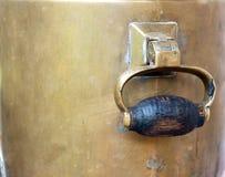 bronze gammal rysssamovar Arkivbild