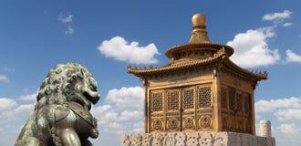 Bronze Guardian Lion Statue and pagoda, Beijing Royalty Free Stock Photos