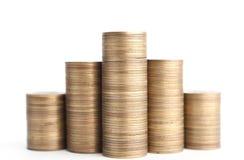 Bronze mynt plattforer vertikalt i kolonner som isoleras fotografering för bildbyråer