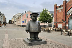 The bronze sculpture Toripolliisi (The Bobby at the Market Place Royalty Free Stock Images
