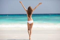 Bronze-Tan Woman Sunbathing At Tropical-Strand lizenzfreie stockfotos