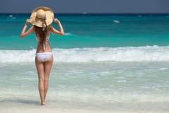 Bronze-Tan Woman Sunbathing At Tropical-Strand lizenzfreie stockbilder