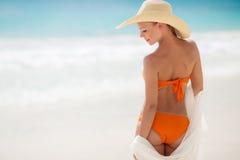 Bronze-Tan Woman Sunbathing At Tropical-Strand stockfoto