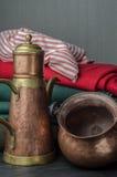 Bronze- und kupfernes Teevieh und -topf Stockfotografie