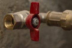 Bronze vermelho fechado da válvula de bola na tubulação imagem de stock royalty free
