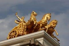 Bronzedenkmal auf Dachhintergrund Lizenzfreie Stockfotografie