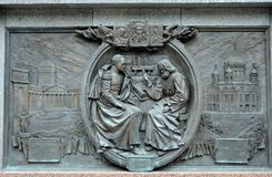 Bronzeflachrelief, das den Kampf von Borodino am Monument zum Kaiser Alexander das erste in Alexander Garden des M darstellt Stockfotografie