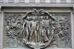 Bronzeflachrelief, das den Kampf von Borodino am Monument zum Kaiser Alexander das erste in Alexander Garden des M darstellt Stockfotos