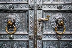 Bronzeklopfer in Form eines Löwekopfes vom Tor der Köln-Kathedrale, Deutschland Lizenzfreie Stockfotos