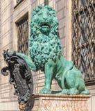Bronzelöwestatue an Palast Alte Residenz in München, Deutschland Stockbilder